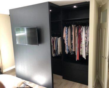 Mooie fineer inloopkast, zwevende ladekast, nachtkastjes en hal garderobe kast